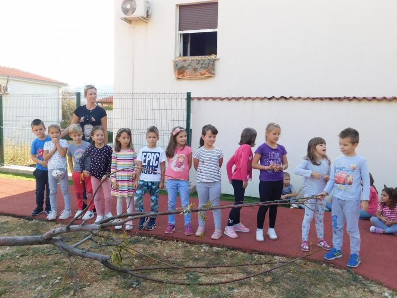 PAG-djeca-pjevaju-o-drvecu-i-zelenilu